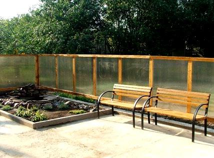 деревянный забор из поликарбоната