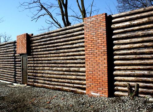 забор из кирпича и бревен