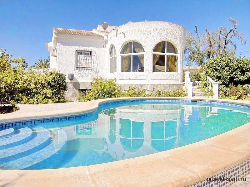 загородный дом с большим бассейном