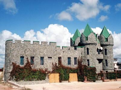 дом в замковом стиле серого цвета