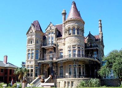 дом-замок с башнями