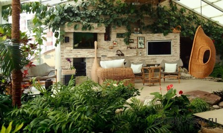 зимний сад с плетеной мебелью