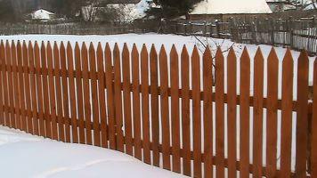 деревянный забор зимой