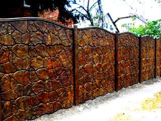 золотистый бетонный забор